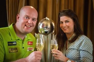 Michael van Gerwen met zijn vrouw Daphne. © Matty van Wijnbergen