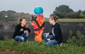Levina (links) en Carlijn met kunstwerk bij de zeewering.