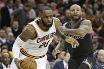 LeBron James houdt namens de Cleveland Cavaliers PJ Tucker van de Phoenix Suns achter zich. © Hollandse Hoogte.