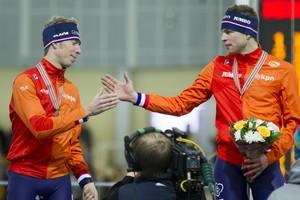 Jorrit Bergsma felicteert Sven Kramer met het goud op de 5 kilometer. © Francois Wieringa