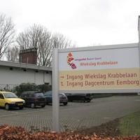 De Wiekslag is gebouwd op 14 meter van het gasverdeelstation (het gebouw links op de foto). Die afstand moet minstens 25 meter zijn.