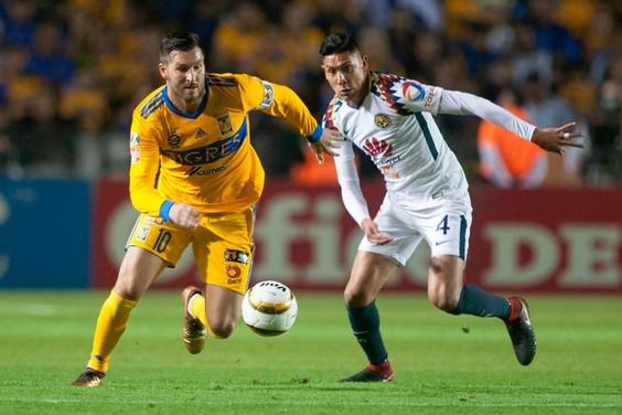 Edson Alvarez probeert Andre Pierre Gignac van de bal te zetten