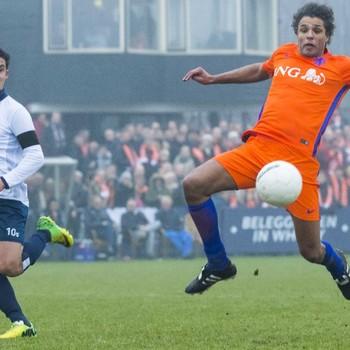 Pierre van Hooijdonk staat op het punt een voorzet af te ronden. © ANP