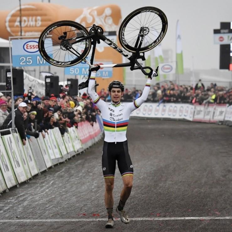 Wout Van Aert viert zijn overwinning op de finish. © Hollandse Hoogte