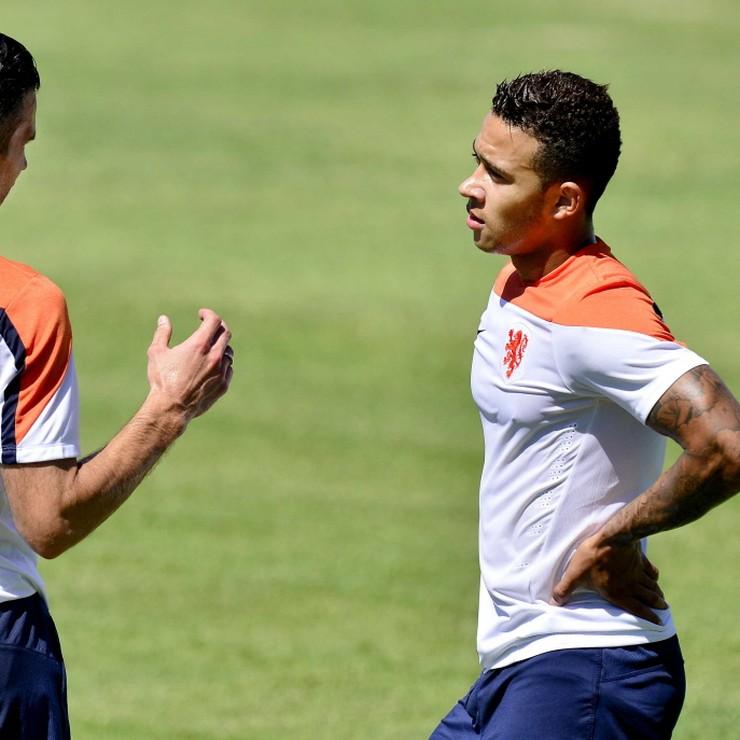 Robin van Persie en Memphis Depay in gesprek tijdens een training tijdens het WK 2014. © ANP
