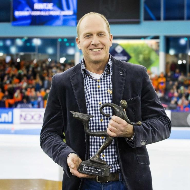 Rintje Ritsma heeft van de KNSB de oeuvre prijs gekregen tijdens het EK Sprint in Thialf. © ANP