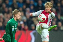 Kasper Dolberg stijlvol in actie in het shirt van Ajax. © Matty van Wijnbergen