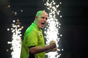 Michael van Gerwen schreeuwt het uit na zijn overwinning op Raymond van Barneveld. © Matty van Wijnbergen